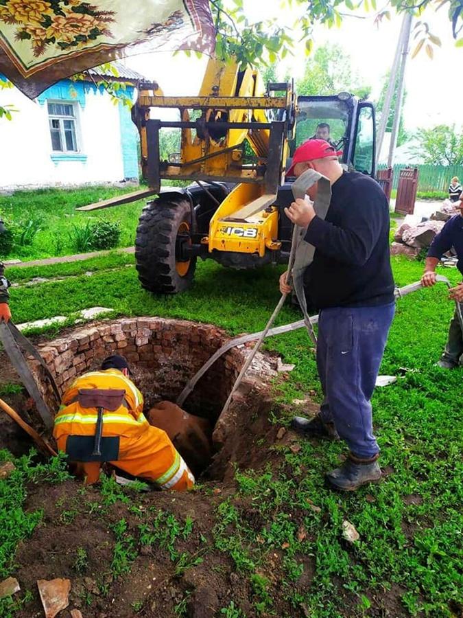В Жашковском районе Черкасской области спасатели достают корову из колодца. Фото: Нацполиция