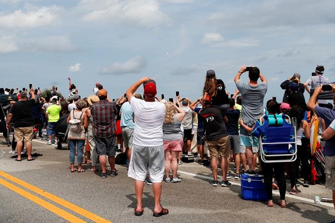 Американцы приехали в центральную Флориду, чтобы лично запечатлеть запуск ракеты Илона Маска.