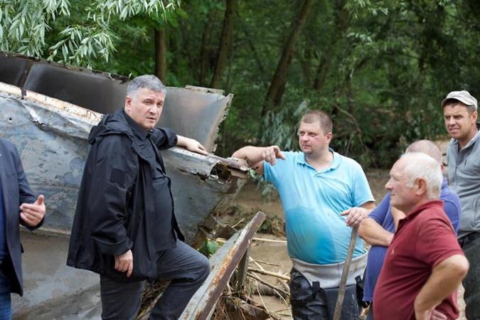 Аваков в эпицентре самого масштабного наводнения в стране. Фото: facebook.com/zoryan.zoryan