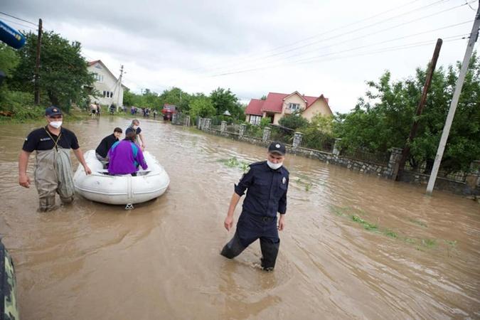 Вот так сотрудники МЧС эвакуируют людей. Фото: facebook.com/zoryan.zoryan
