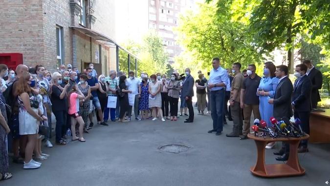 Зеленский вручил первые ключи от квартир и пообещал, что в ближайшее время жилье получат все остальные, оставшиеся в результате взрыва без крыши над головой. Фото: скриншот