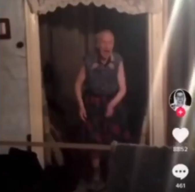 Пожилую женщинами со странностями хорошо знают в Ичне. Фото: скриншот