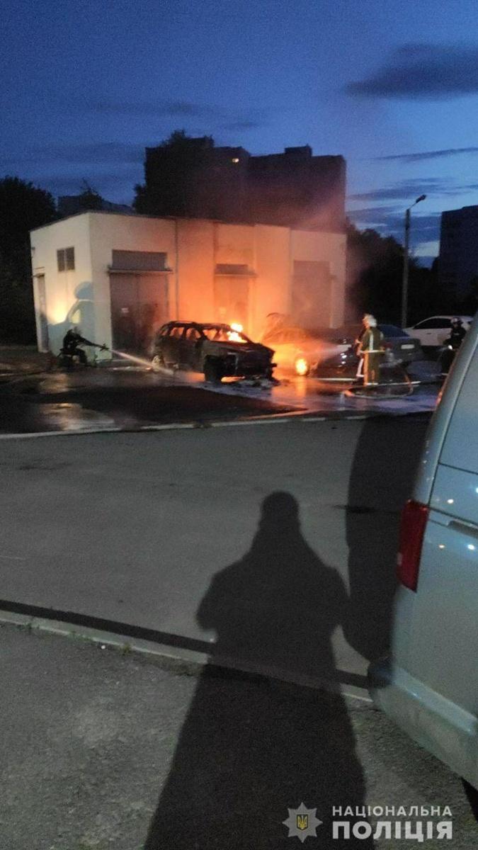 Сперва загорелся джип Татьяны, после огонь перебросился на соседнее авто.
