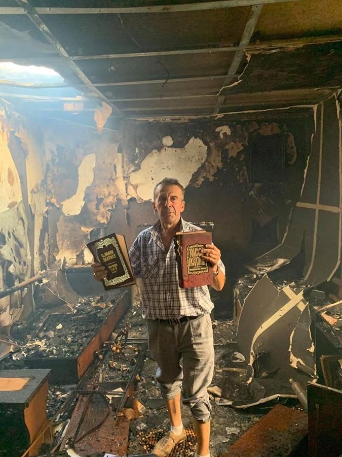 Местная церковь выгорела изнутри. Каким-то чудом огонь не тронул святые писания. Фото: Соцсети