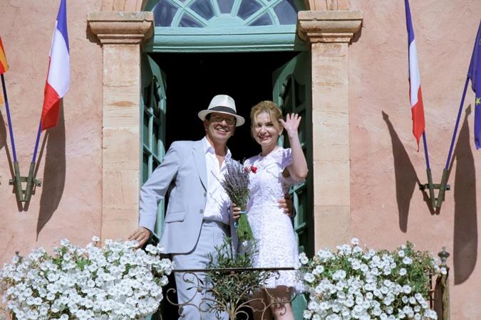 Одна из французских традиций – молодожены после росписи выходят на балкон мэрии. Фото: Личный архив Инны Шевченко