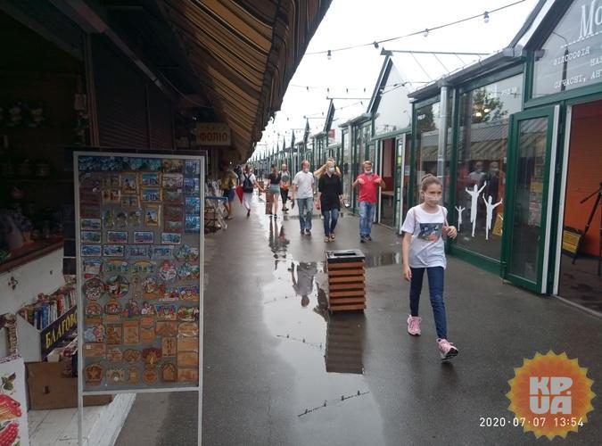 Многие точки на рынке уже закрылись. На их место переехали совсем не книжные товары. Фото: автор
