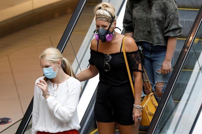 В масках нам предстоит ходить еще долго. Фото: REUTERS
