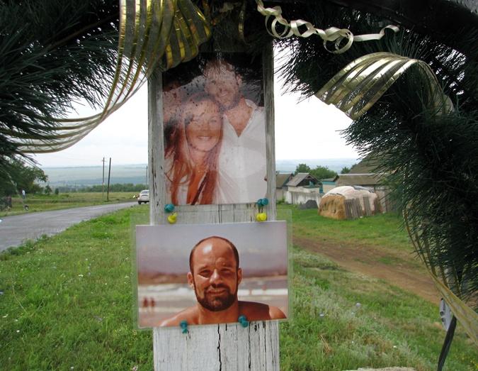 Австриец Рауль приехал на место гибели сына и повесил здесь его фотографию. Фото: Сергей ШВЕДОВ