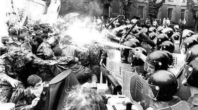 Если посмотреть документальные видеозаписи тех лет, можно увидеть, как ОМОН избивает всех подряд резиновыми дубинками.