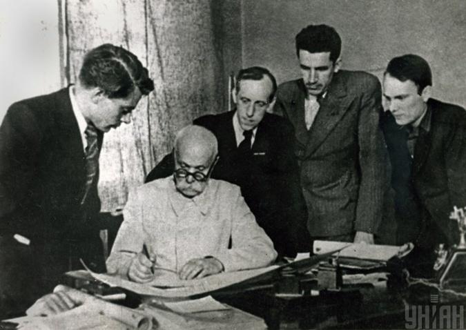 Евгений Патон ](второй слева) с сыновьями Владимиром (слева) и Борисом (справа). Фото: УНИАН