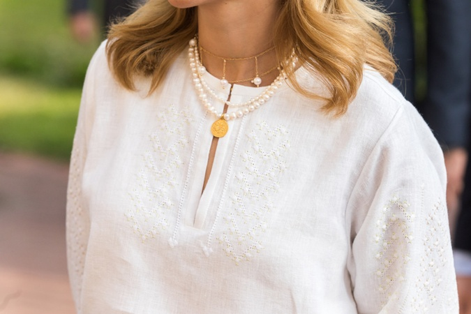 Для создания блузки дизайнер использовал традиционные элементы полтавской вышивки. Фото: Офис президента