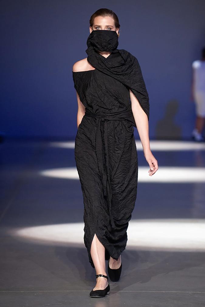 Платье-трансформер и модное, и от коронавируса защищает.