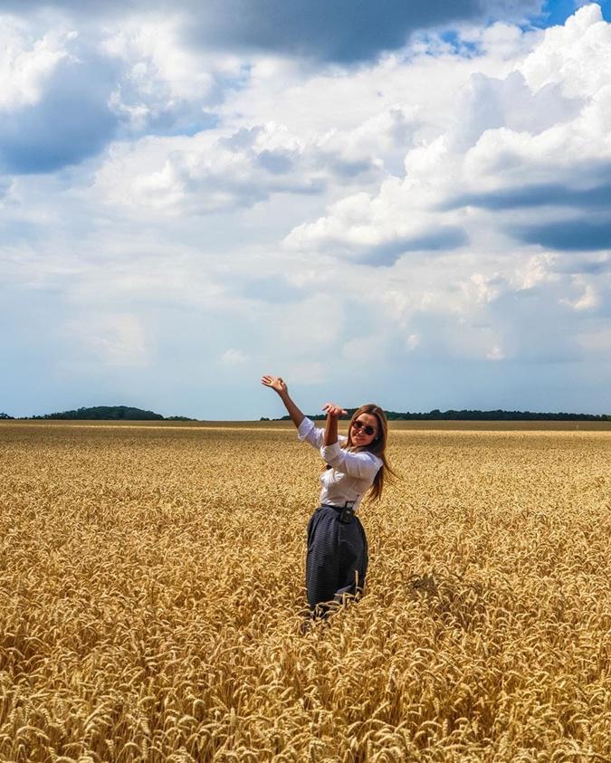 Оксана говорит, что иногда, чтобы перезагрузить свои мысли, нужно заполнить музыкой все пространство машиныи остановиться возле поля, чтобы заполнить душу красотой! Фото: Инстаграм Марченко