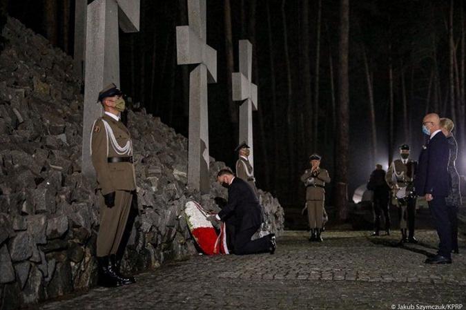 Президент Польши почтил память поляков погибших в Быковне. Фото: twitter.com/AndrzejDuda