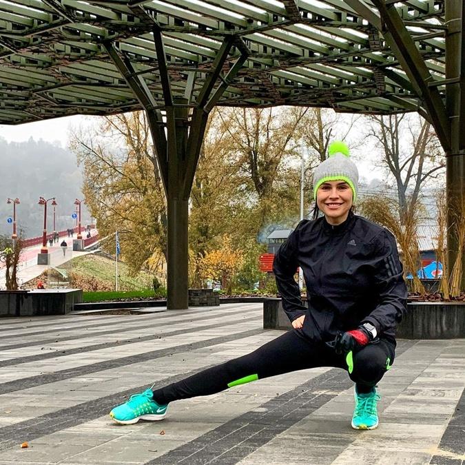 Анастасия Даугуле признается, что как только на нее накатывает грусть-тоска, достает яркие кроссовки и бежит в ближайший парк. Фото: Инстаграм Даугуле