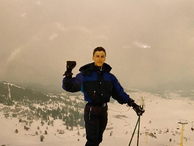 Отчаянный смельчак Галкин перед спуском с горы.