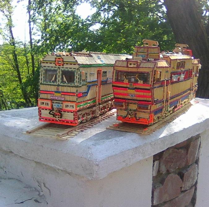 Прежде, чем создать модель поезда, мастер тщательно изучает оригинал.