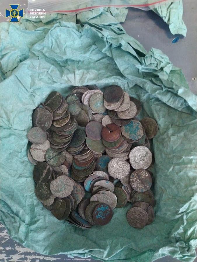 У преступников изъяли серебряные монеты времен Римской империи. Фото: СБУ