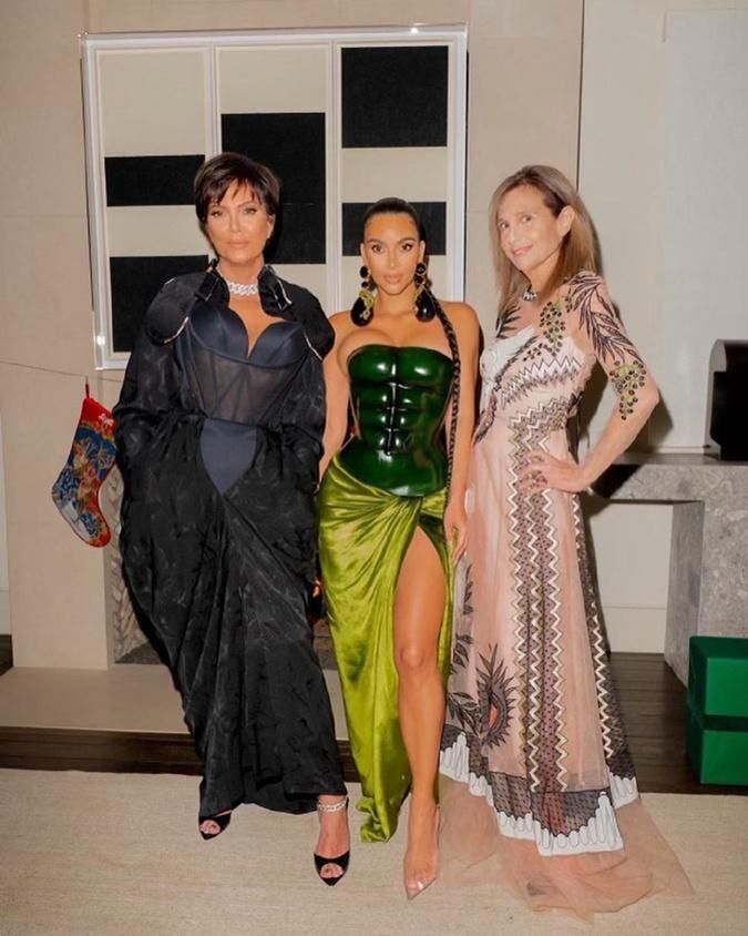 Кендалл Дженнер надела платье с полупрозрачным корсетом.