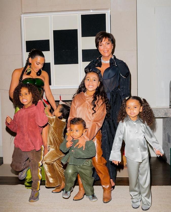 Дети Ким Кардашьян радуются празднику.
