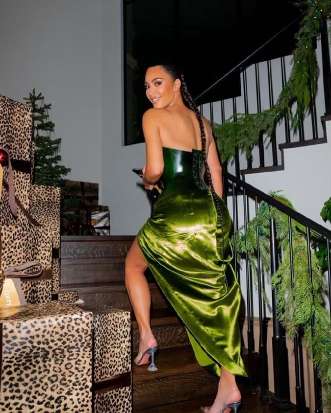 Так костюм от модного дома Эльзы Скиапарелли смотрится сзади.