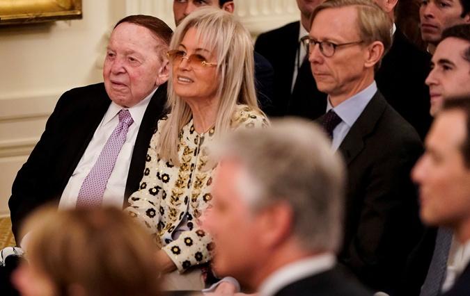 Шелдон Адельсон и его жена Мириам наблюдают, как Дональд Трамп обсуждает ближневосточный мирный план с Биньямином Нетаньяху в Восточном зале Белого дома 28 января 2020 г.