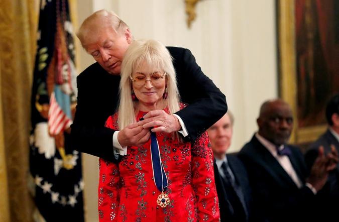 Дональд Трамп вручает Мириам Адельсон Президентскую медаль свободы. Это высшая гражданская награда в США. 16 ноября 2018 года.