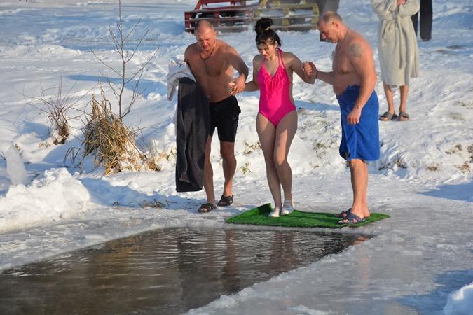 Крещение 2021: Кто из украинских политиков искупался в проруби в 17-ти градусный мороз фото 6