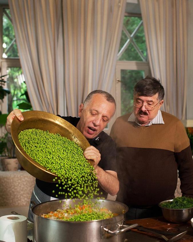 С Борисом Бурдой готовят рагу из молодых овощей и цыпленка. Фото: Инстаграм Либкина
