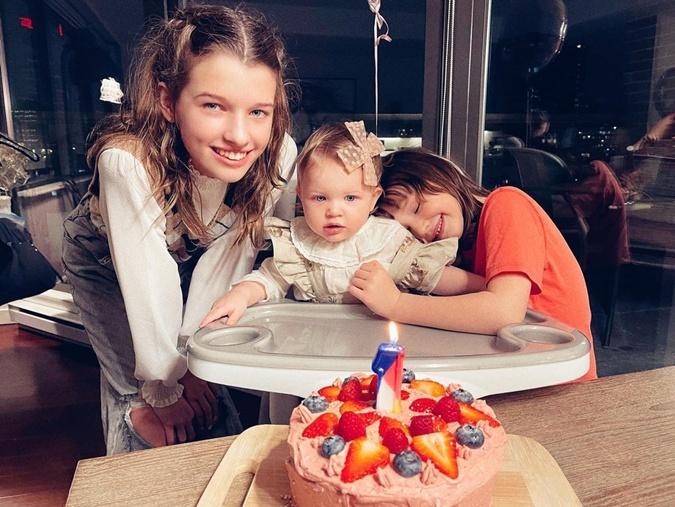 Мила Йовович показала дочерей. Фото: instagram.com/millajovovich/