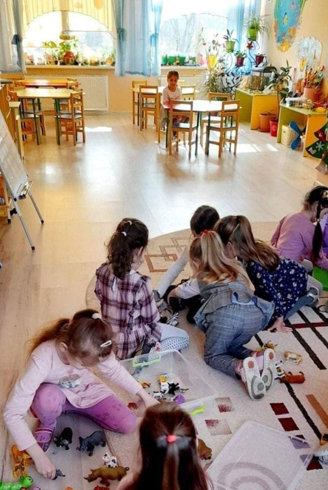 Девочка из Черновцов, которую не поздравили в детсаду с 8 Марта, получила подарок от Зеленского фото 7