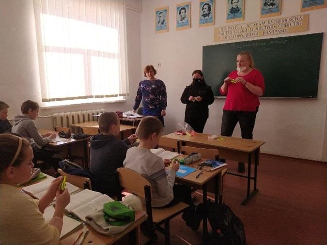 Третья населения села - школьники. Чтобы выйти из положения, учителя сделали перегородки в коридорах и сажают детей за парты там. ФБ