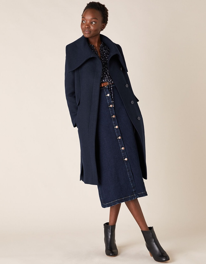 модель в пальто