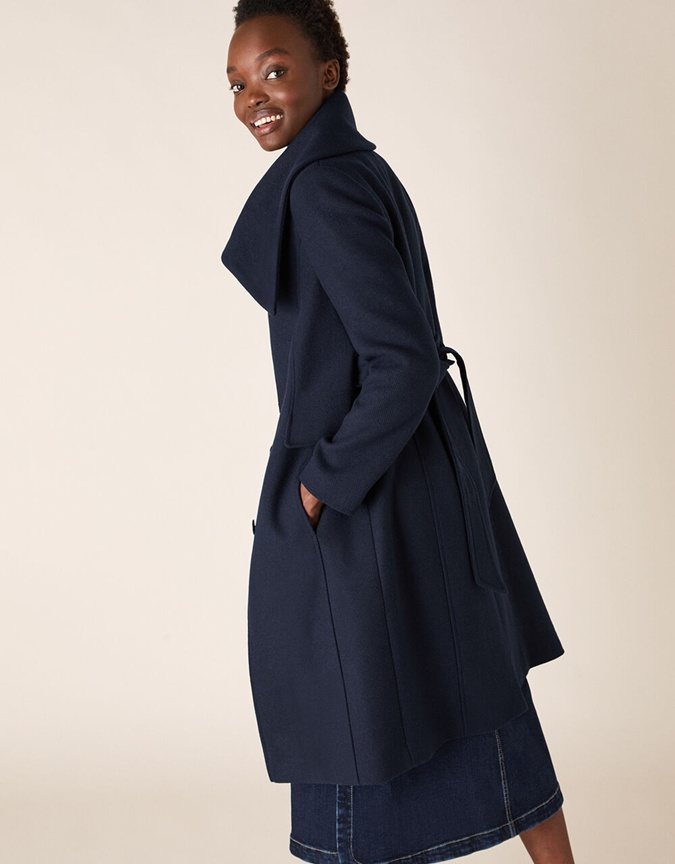 девушка в пальто и юбке