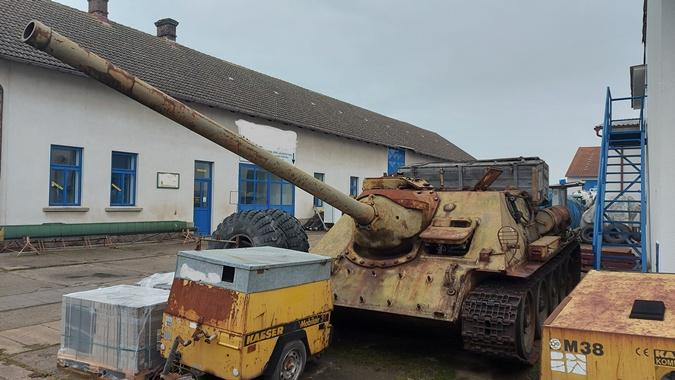 """В Чехии во время """"оружейной амнистии"""" житель глубинки сдал в полицию танк и самоходку [фото]"""
