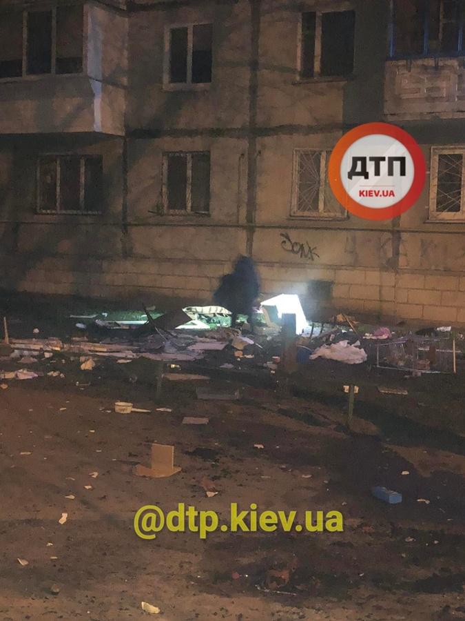 Выбрасывал из окна в Киеве