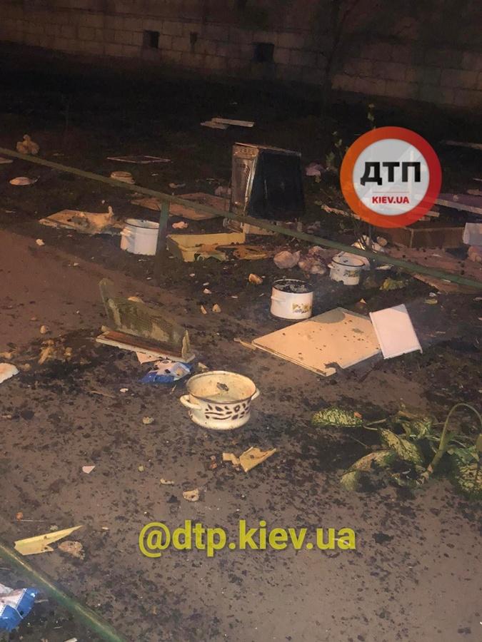 Киев бросал из окна