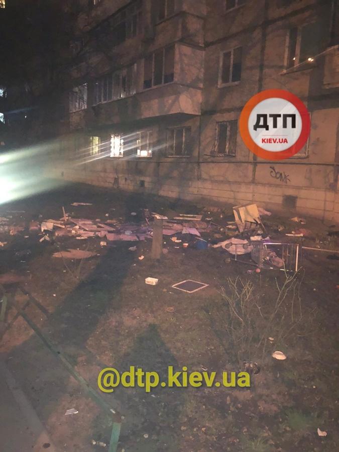 Киев бросал вещи из окна