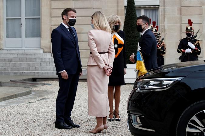 Эммануэль Макрон и Елена Зеленская на встрече в Париже