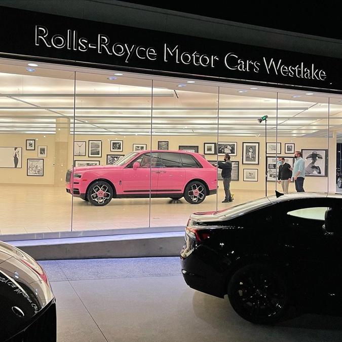 розовый внедорожник Rolls Royce