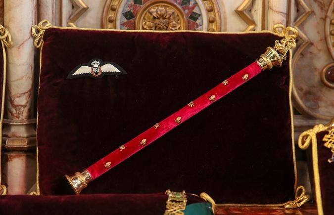 Крылья ВВС Великобритании и фельдмаршальский жезл принца Филиппа