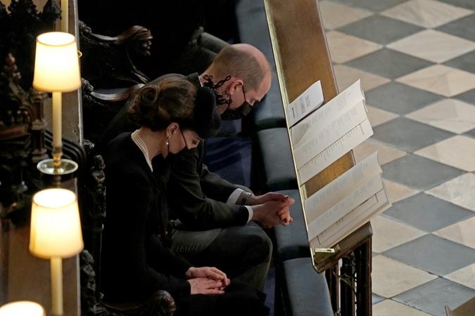 Кейт Миддлтон и принц Уильям почтили молчанием память принца Филиппа.
