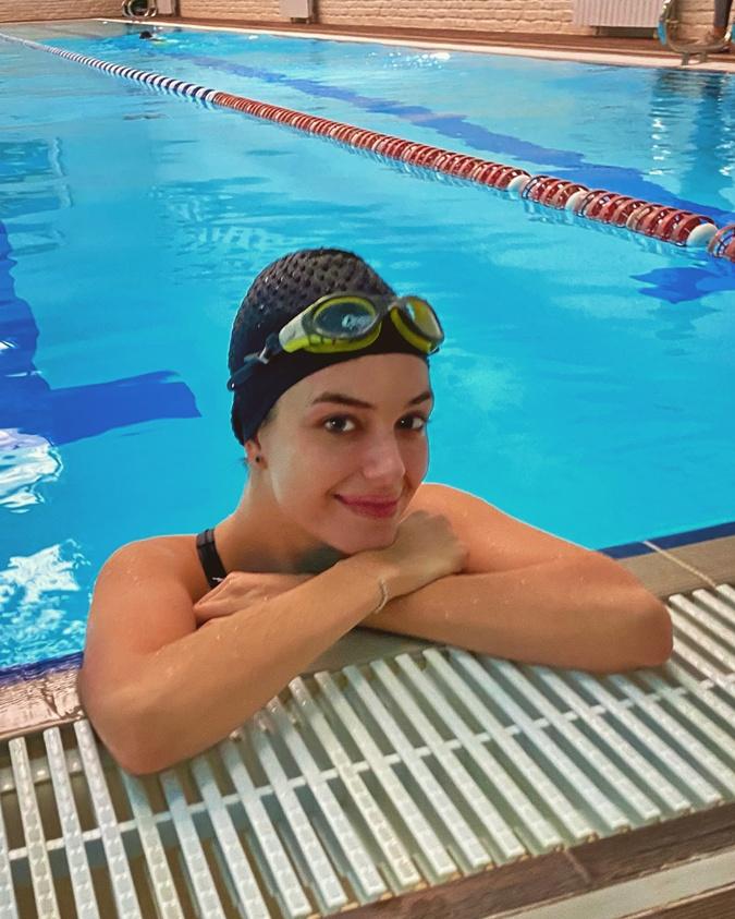 Александра Кучеренко открыла для себя плавание. Это подтягивает кожу, тренирует выносливость и дыхание, повышает иммунитет, а еще - очищает мысли. Фото: Личный архив Кучеренко