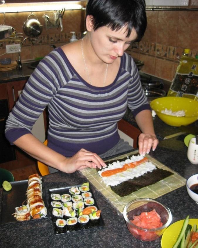 Лиза Глинская готовит суши