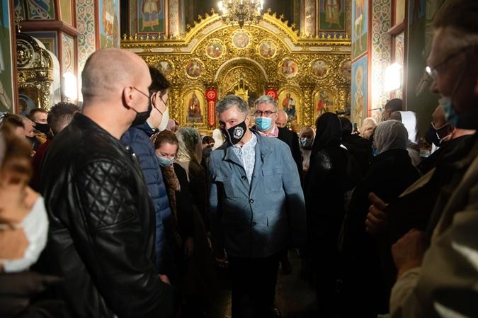 Петр Порошенко надел маску с орнаментом и вышиванку.