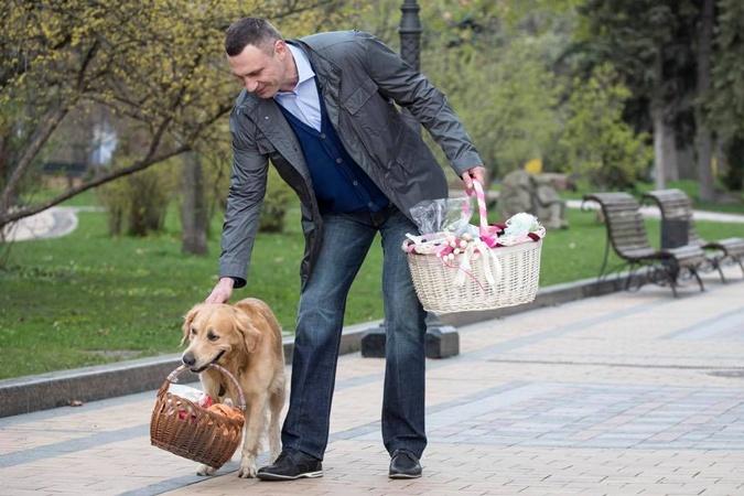 Виталию Кличко нести корзину с кулиначами помогла собака.