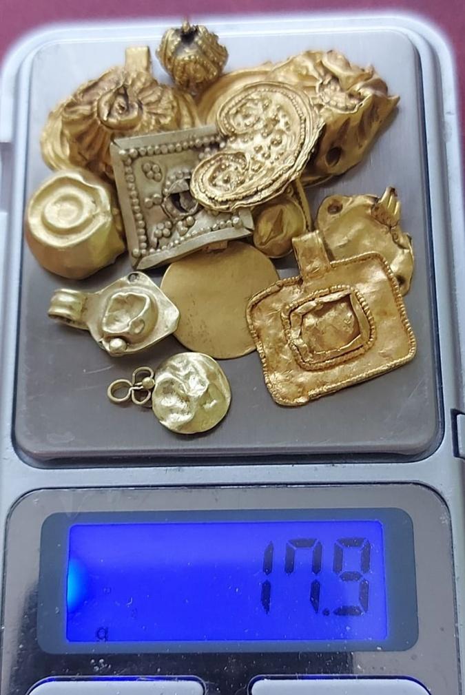 Это лот - золото собрано на весах, показывающих граммы. Фото: museum-ukraine.info
