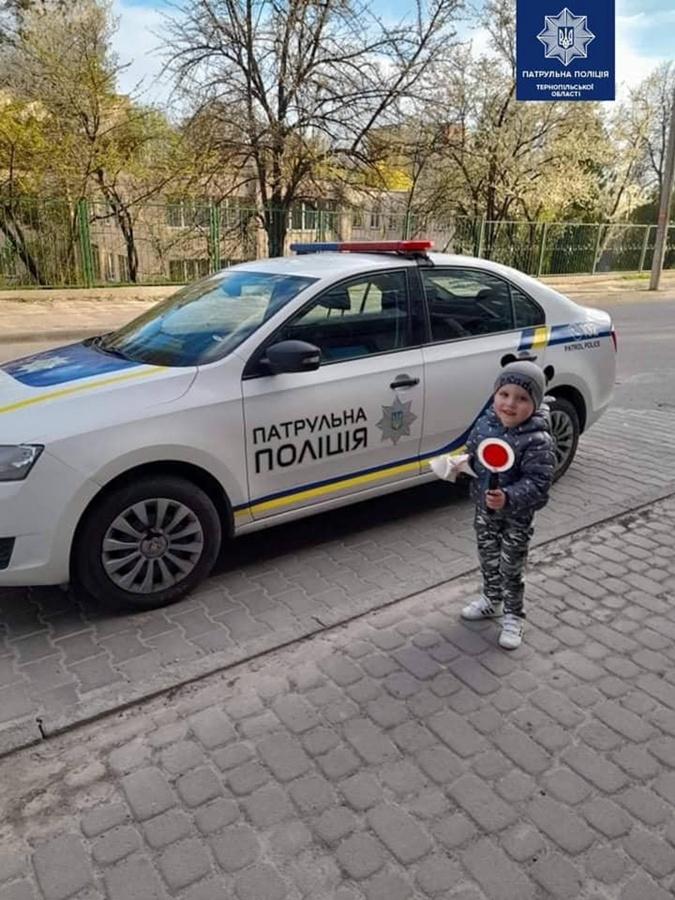 Мальчик у полицейской машины