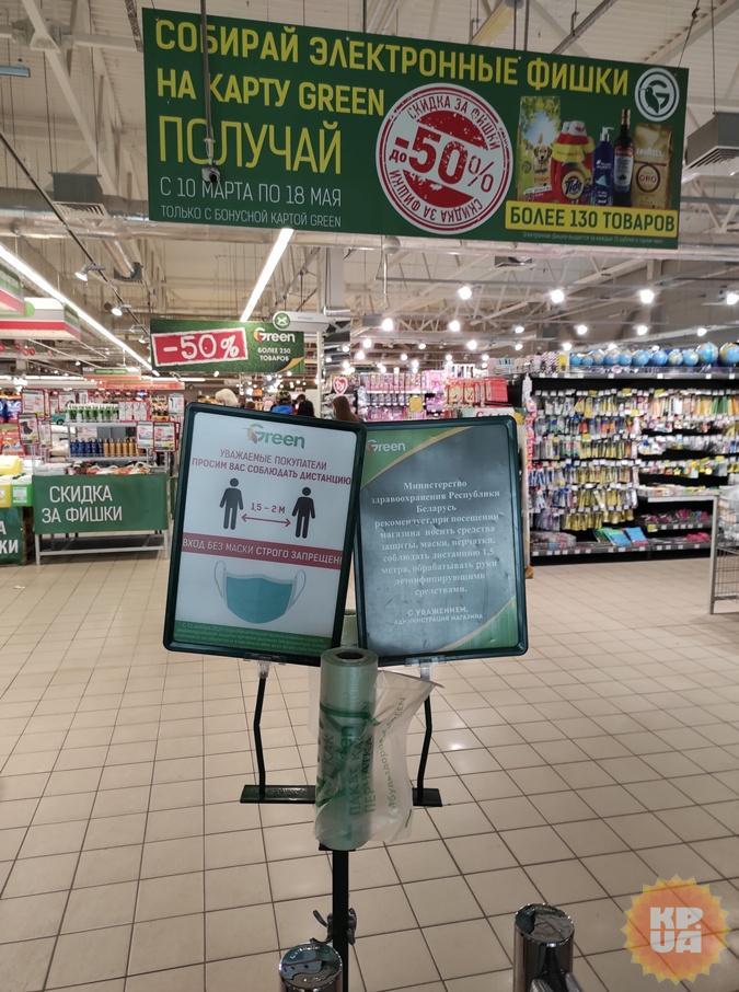 На входе в продуктовый магазин написано, что маски обязательны, но посетители трактуют это объявление по-своему.