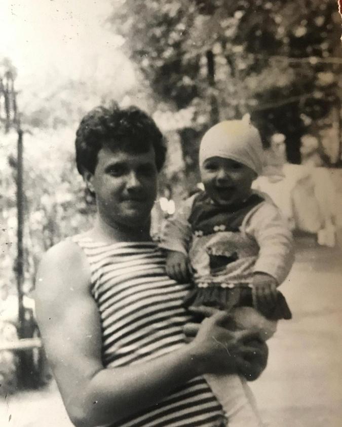 Маленькая Слава Каминская на руках у отца